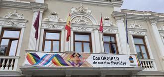 """VOX exige al socialista Rojo """"la retirada inmediata de la bandera y lona que cuelgan de los balcones del Ayuntamiento de Guadalajara por vulnerar la Ley"""""""