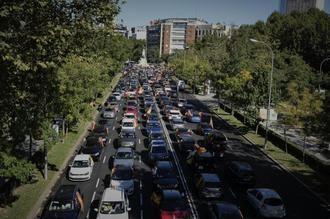 Cientos de coches colapsan Madrid para protestar contra el estado de Alarma impuesto por Pedro Sánchez
