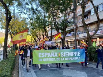 Cientos de personas se echan a las calles de Guadalajara para homenajar a las víctimas del coronavirus y defender la bandera de España en el Día de la Hispanidad