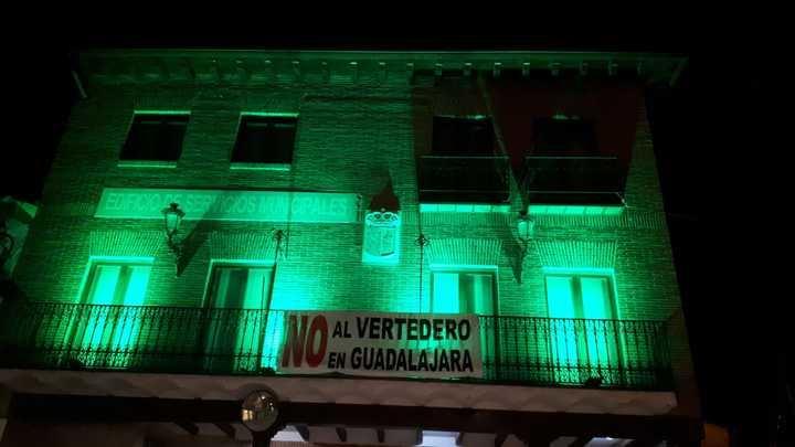 UN APLAUSO : El Ayuntamiento de Yunquera de Henares ilumina de verde el Edificio Municipal de Usos Múltiples por el Día Mundial Contra la ELA