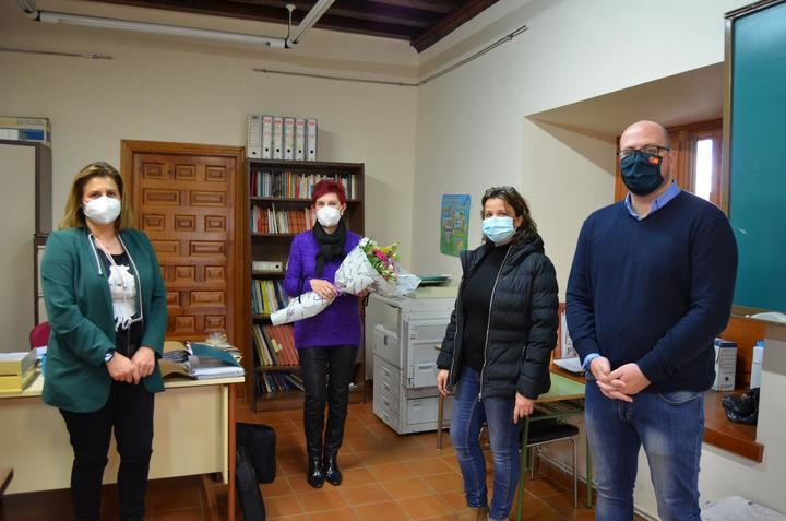 El Ayuntamiento de Yunquera de Henares homenajea a Julia Checa tras 33 años al frente de la Escuela para Adultos