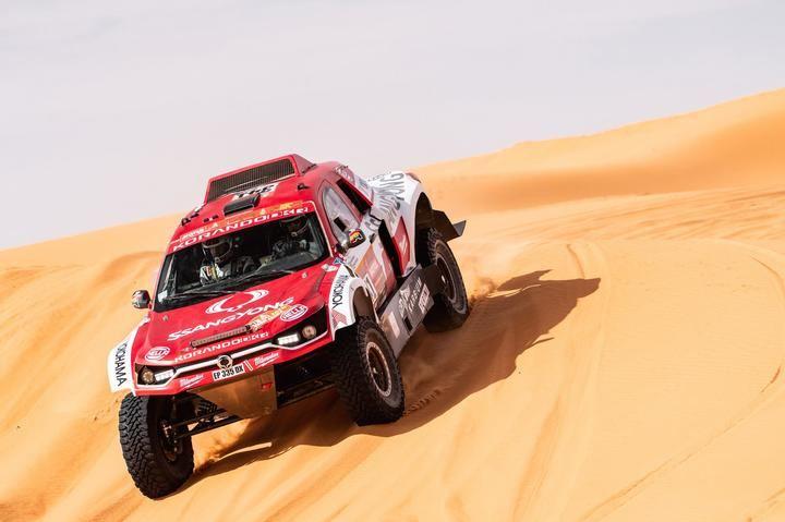 Óscar Fuertes se sobrepone al dolor en la rodilla y lleva a SsangYong hasta la 25ª posición en el Dakar