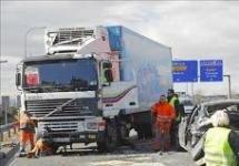 Conductor herido por vuelco de un camión lleno de yogures en la A2