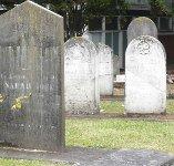 Una mujer grave y dos heridos cuando iban de sepelio y se caen en la tumba en el cementerio de Valdenoches