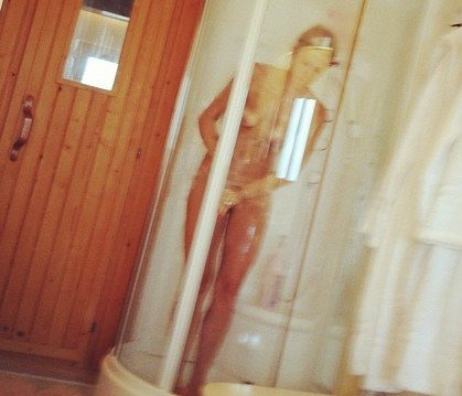El futbolista Santiago Cañizares la lía en Twitter con una foto de su mujer completamente desnuda