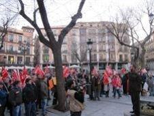 Más de un centenar de trabajadores, con sus aparejos, de GEACAM en Guadalajara se concentrán delante de la empresa para reafirmar la huelga del 30 de enero