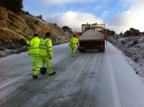 CCOO afirma que los trabajadores de Fomento combaten las nieves de las carreteras de Guadalajara echando la sal a mano