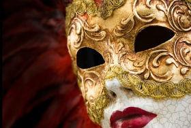 El Centro Joven de Cabanillas se enfunda la máscara y anima el Carnaval con música y premios para los mejores disfraces