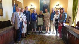 La presidenta de la Diputación felicita a la seguntina Concepción de Grandes en su cien cumpleaños