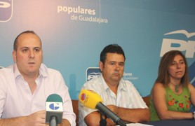Los concejales del PP en Yunquera muestran su apoyo a los trabajadores municipales