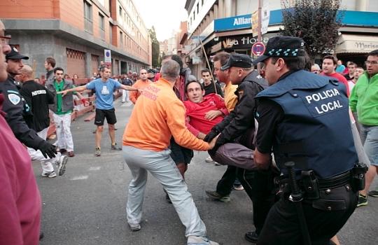 El agente 400-41 no dudó en responder con suma prontitud al ver a un mozo herido en el transcurso del encierro del viernes de ferias. Foto : www.eduardobonillaruiz.com