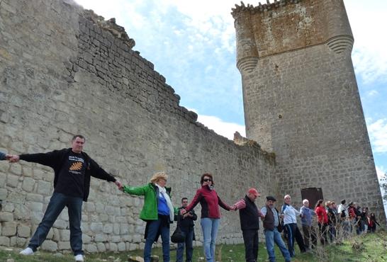 Una cadena humana de dos centenares de personas clama por la rehabilitación del castillo de Galve