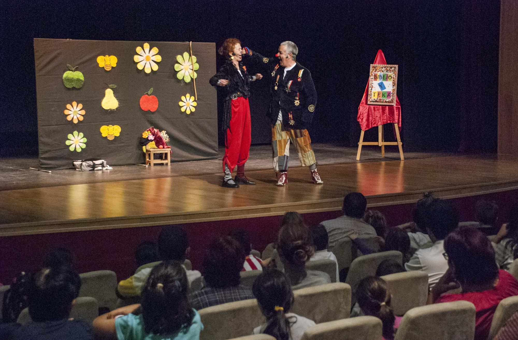 Niños y mayores celebran el Día de la Biblioteca en Marchamalo con cuentacuentos y literatura