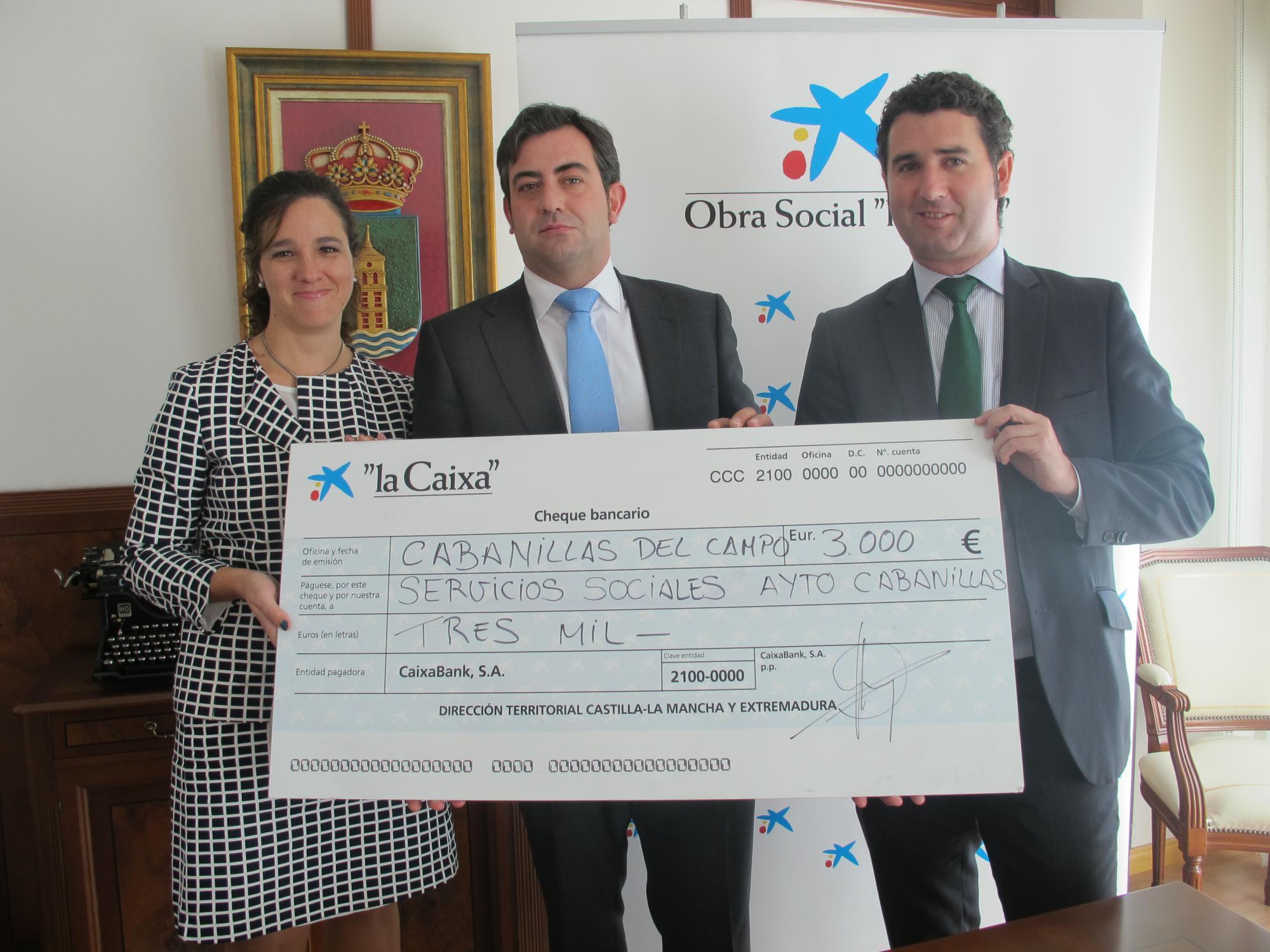 'La Caixa' dona 3.000 euros al Ayuntamiento de Cabanillas para aliviar el peso de la 'vuelta al cole' a las familias con menos recursos