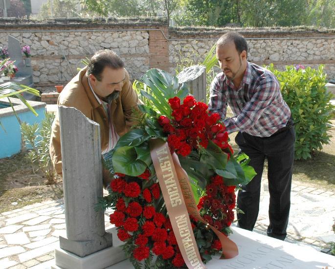 El PSOE de Guadalajara deposita unas flores en la tumba de Facundo Abad, último alcalde republicano