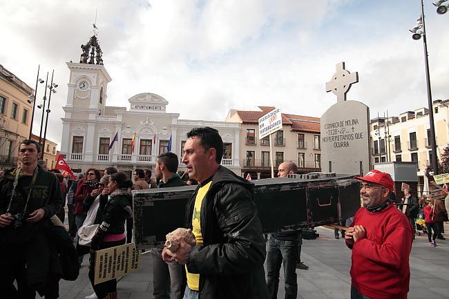 El PSOE, IU y diez asociaciones y sindicatos no consiguen reunir ni a mil personas