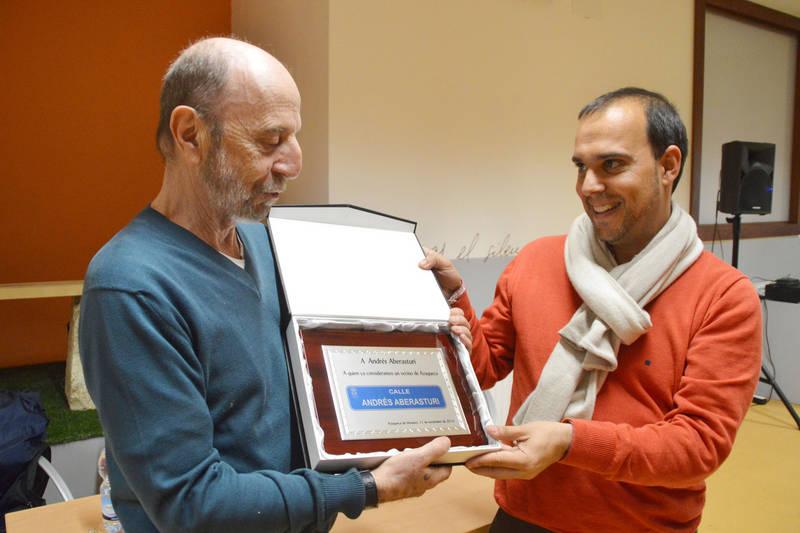Andrés Aberasturi recibe una reproducción de la placa que da su nombre a una calle de Azuqueca