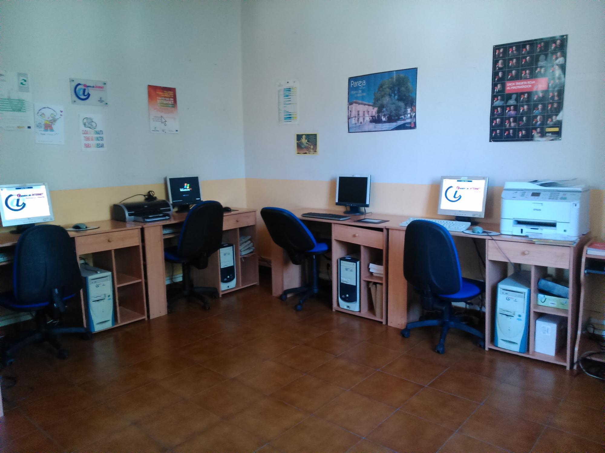 Pareja abre su Centro de Internet