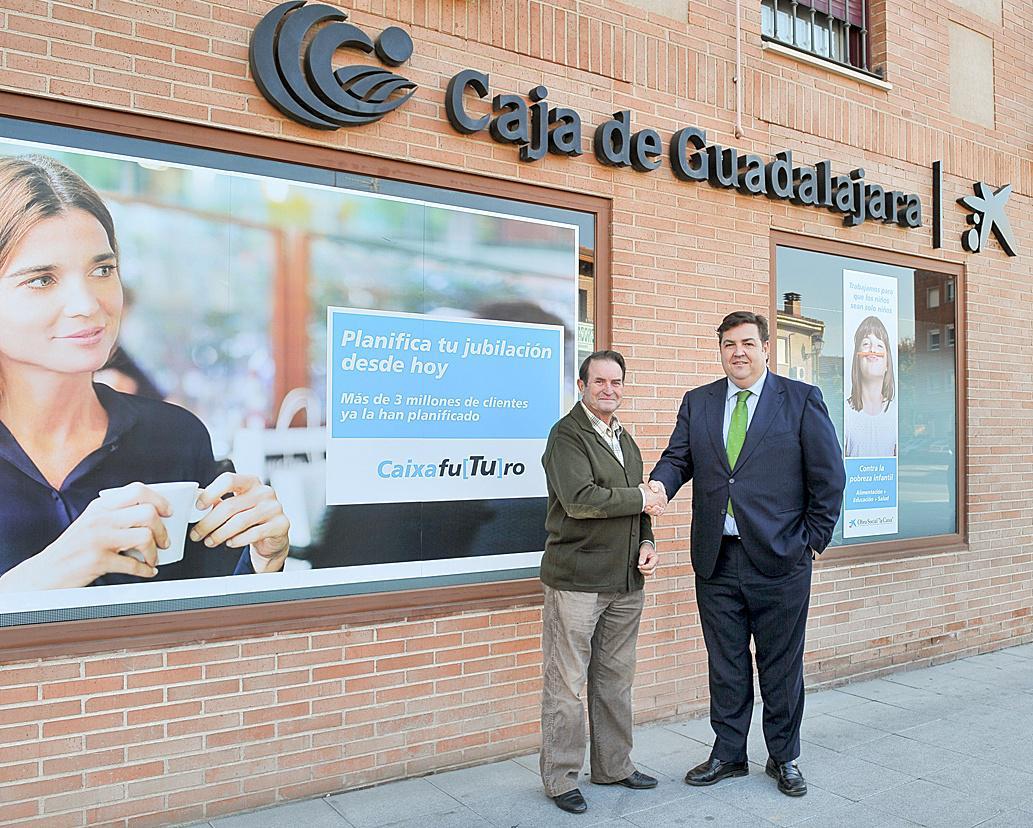 Un cliente de Guadalajara gana una pensión de un año sorteada por CaixaBank