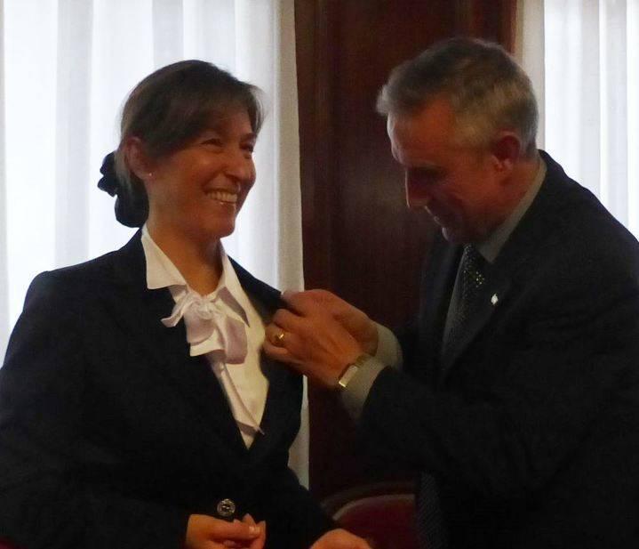 Ana Guarinos recibe el reconocimiento del Hogar Extremeño en Guadalajara