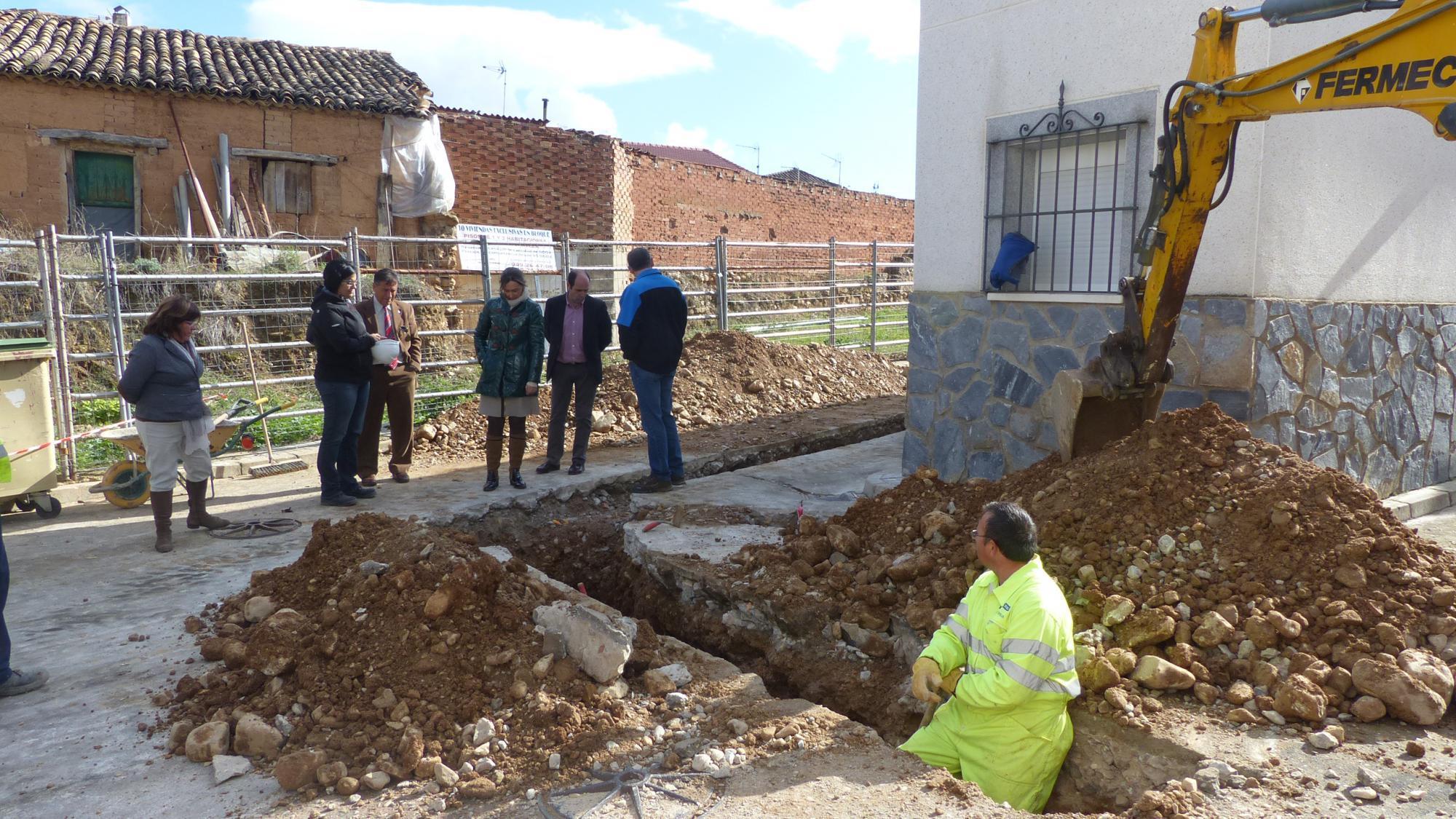 La presidenta de la Diputación se interesa por las obras de renovación de redes y pavimentación que se están ejecutando en Espinosa de Henares