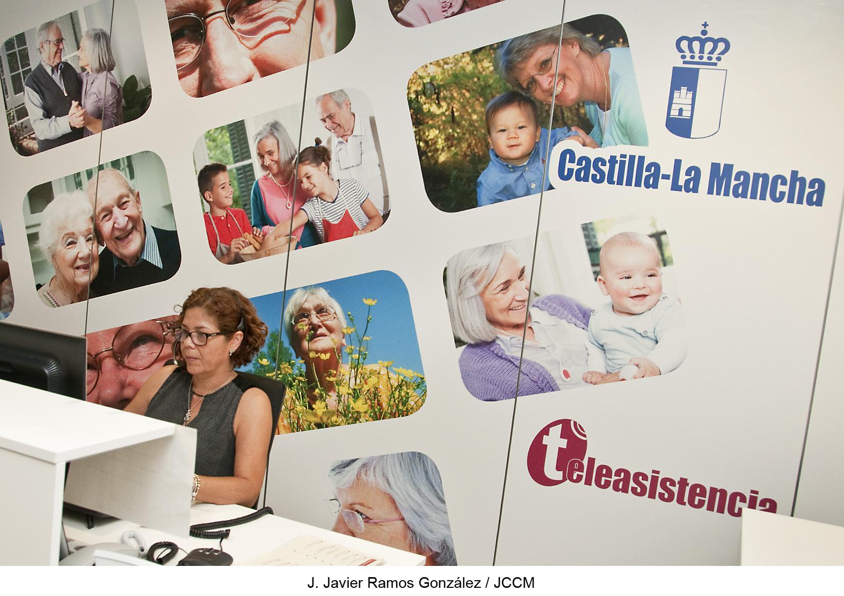 Usuarios y auxiliares de ayuda a domicilio participan en cursos impartidos por el servicio de teleasistencia en Molina