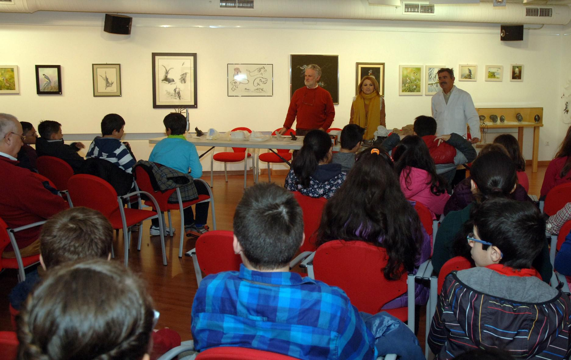 Dos grupos de escolares participan en un taller de escultura celebrado en Diputación