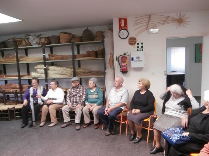 Un grupo de mayores de Marchamalo visitó la Escuela de Folklore de Diputación
