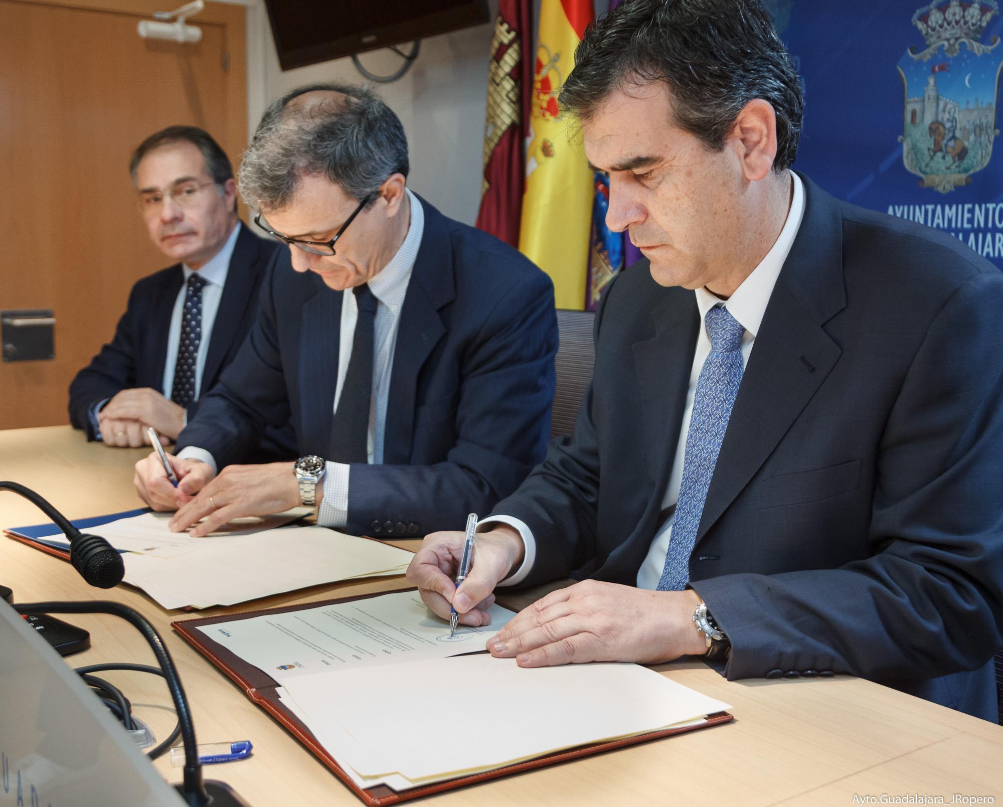 Acuerdo entre el Ayuntamiento y SUPERA para que las personas contratadas en el Centro Acuático Municipal sean de Guadalajara