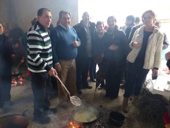 La presidenta de la Diputación resalta en la Fiesta de las Migas la apuesta por la cultura tradicional y la dinamización económica del mundo rural