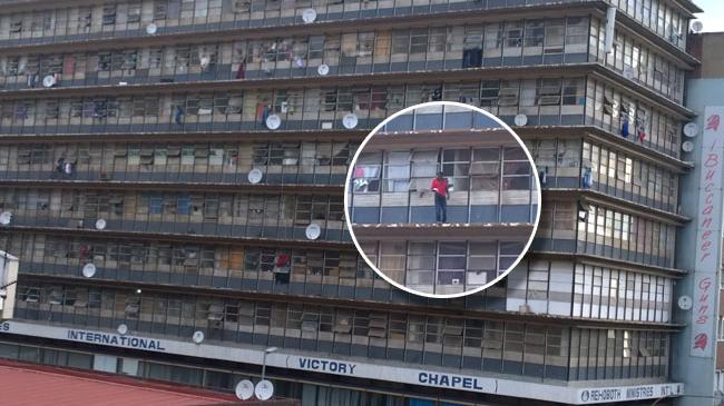 Se tira de un quinto piso, con una biblia en la mano, jaleado por la multitud: