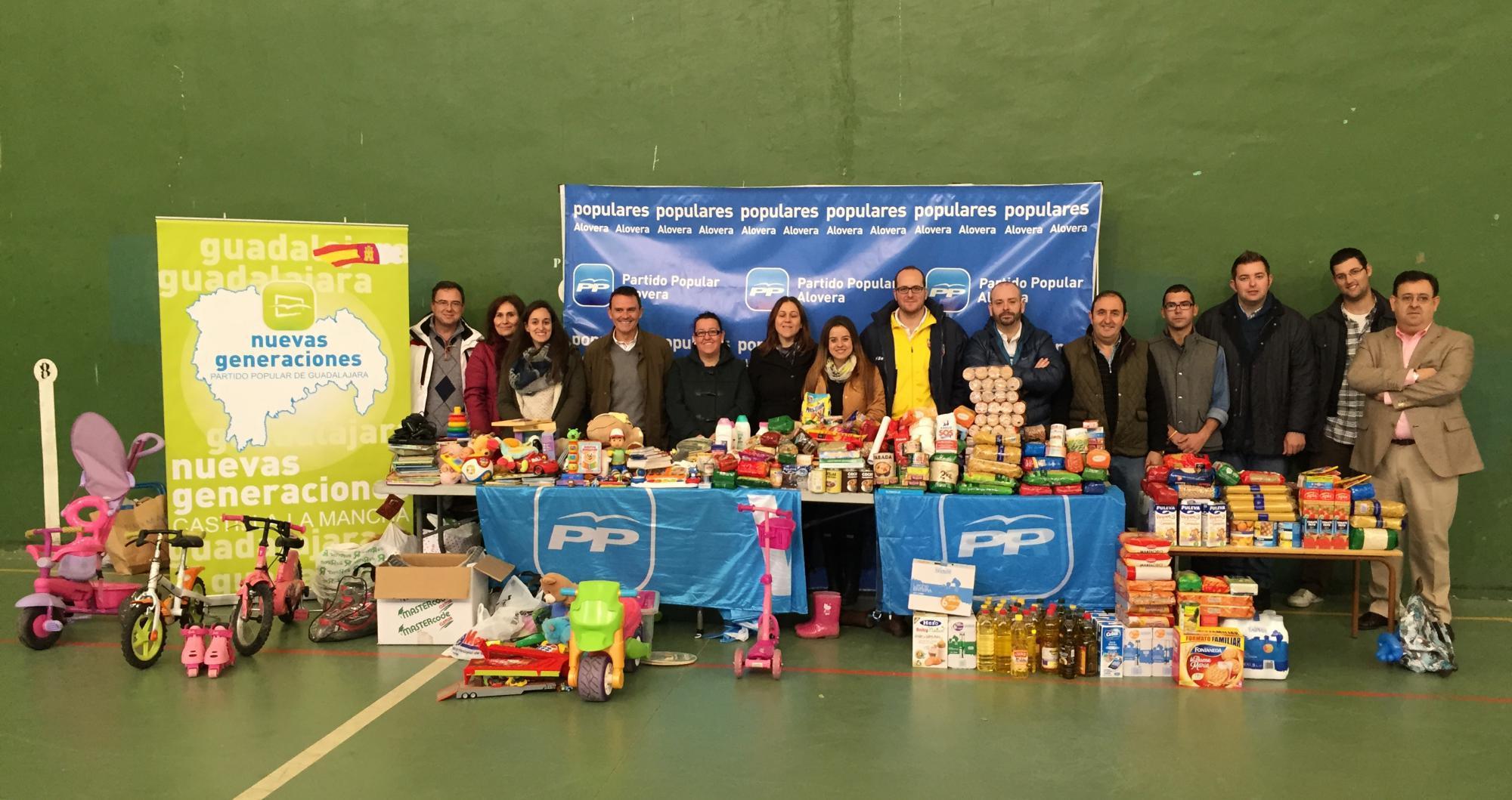 La fiesta de la solidaridad convocada por el PP de Alovera logra recoger 500 kilos de comida y un centenar de juguetes