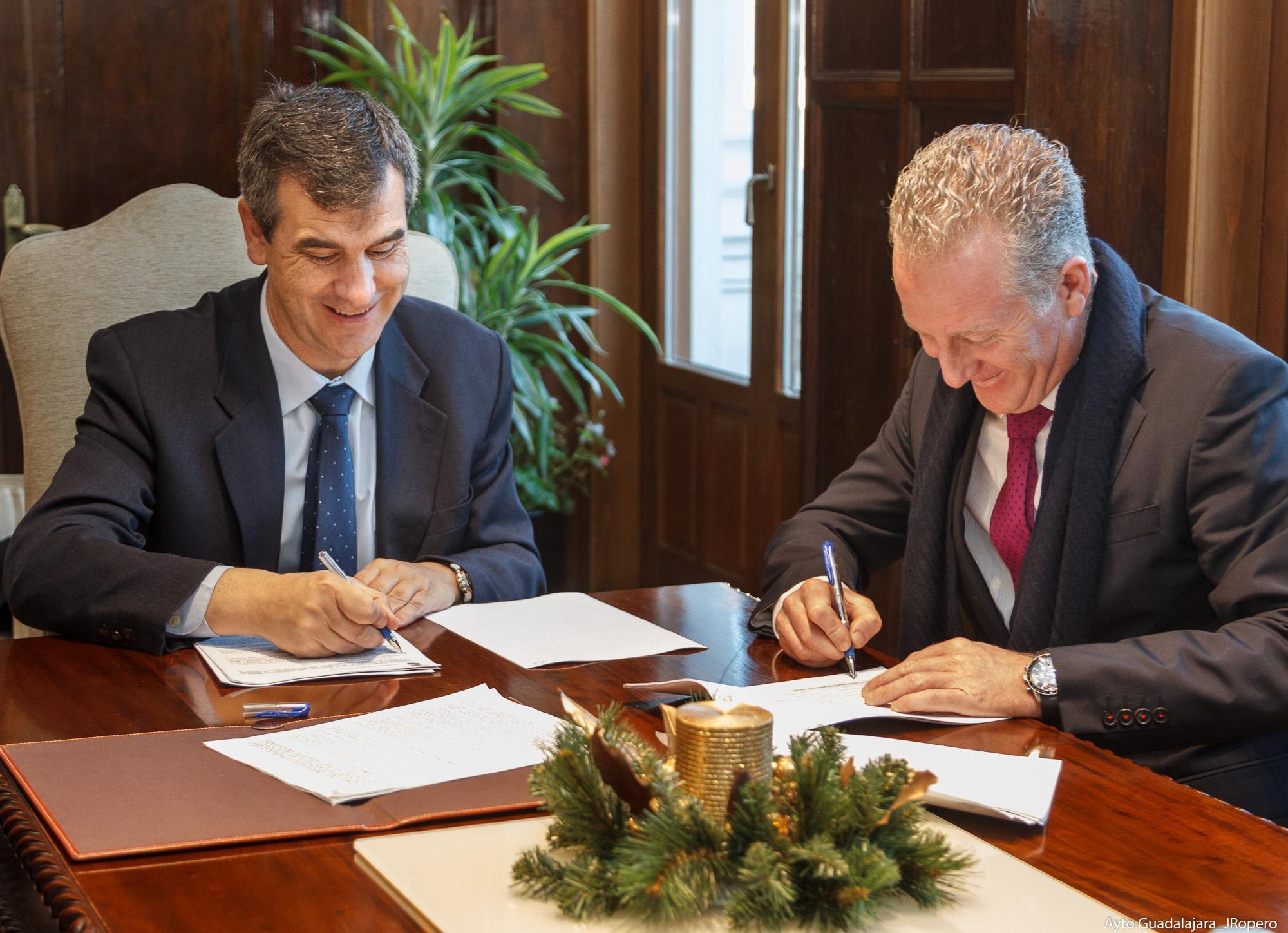 Firmado el contrato para la prestación del servicio de limpieza de los edificios municipales, patronatos y colegios