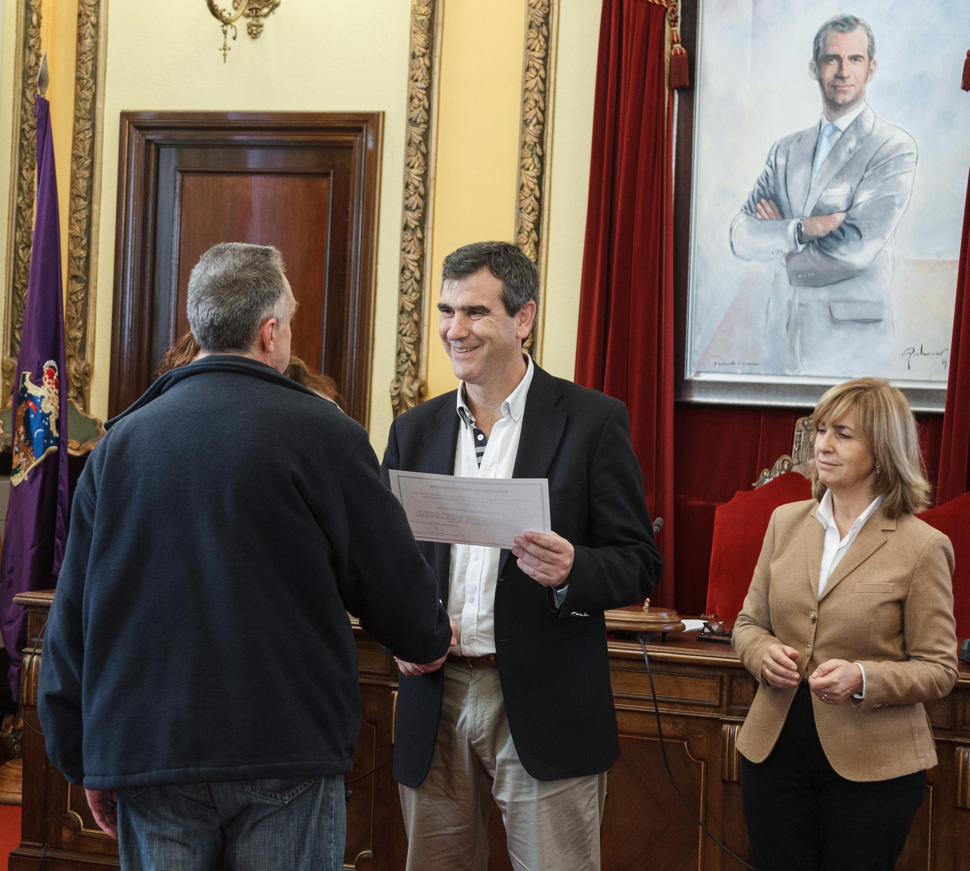Román preside la entrega de diplomas a los participantes en dos proyectos del PRIS