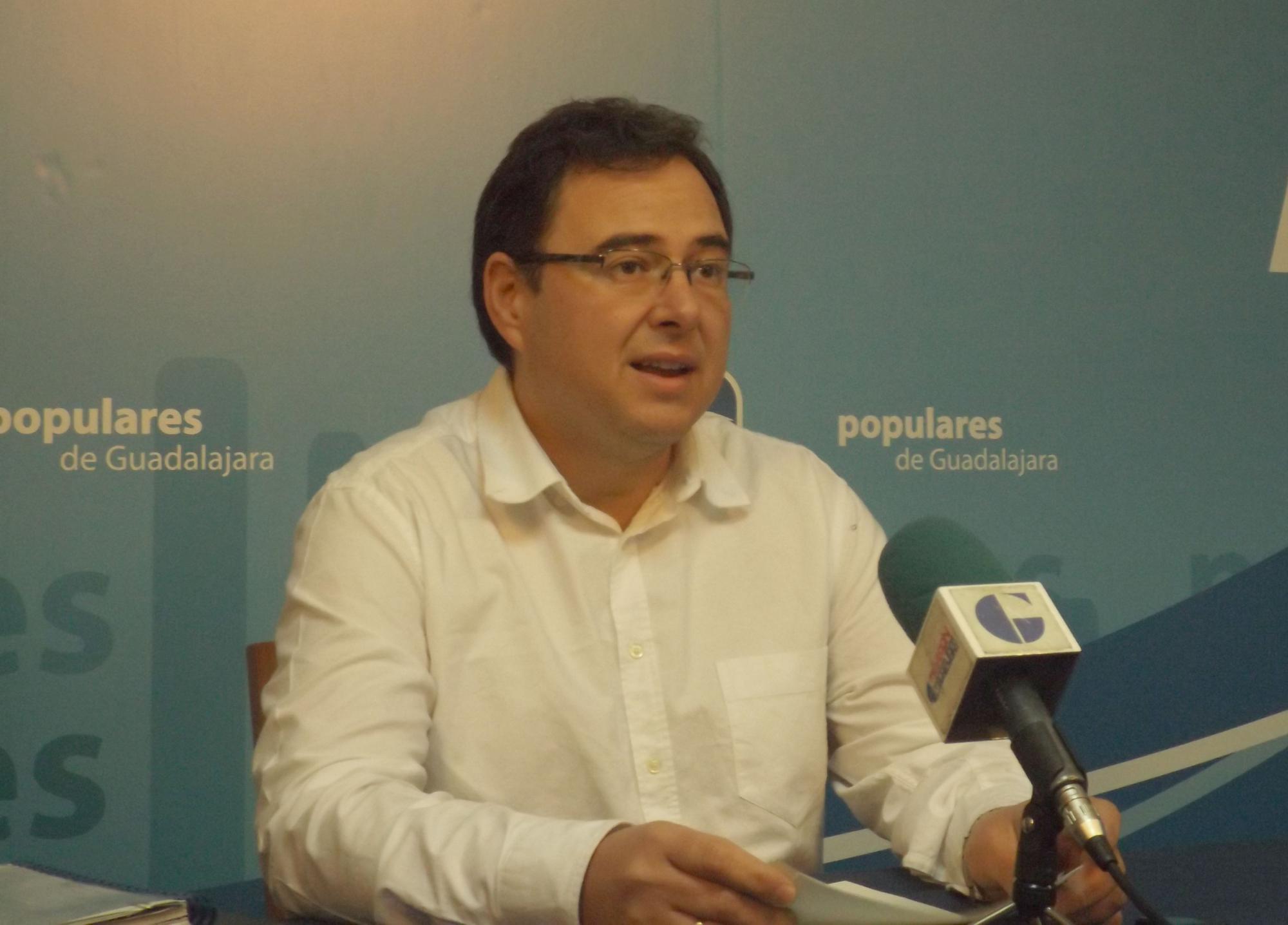 """Lapeña: """"Mientras los gobiernos del Partido Popular comienzan 2015 bajando los impuestos, en Azuqueca, el gobierno de Bellido continúa asfixiando a los vecinos"""""""