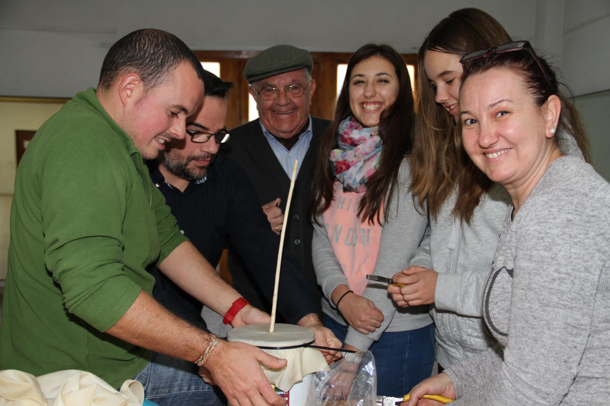 Los trillanos construyen sus propios instrumentos musicales navideños para la Misa del Gallo