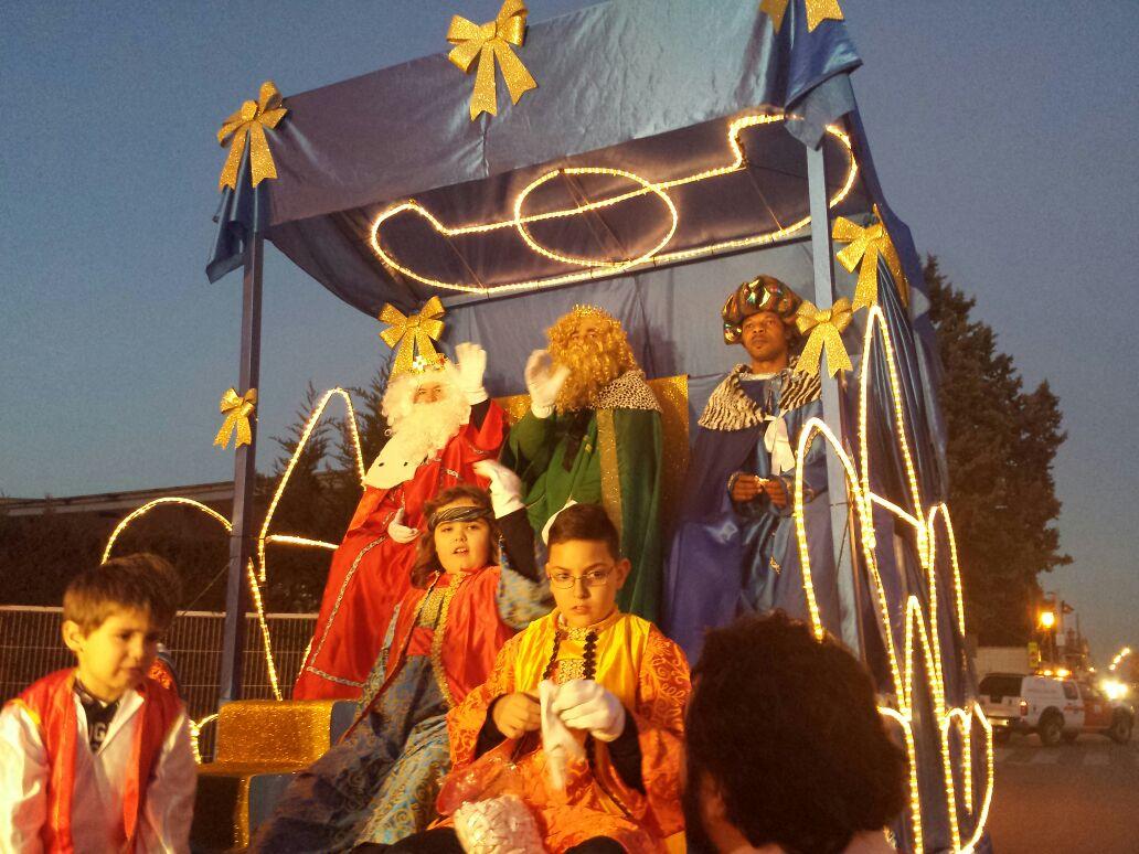 Cientos de aloveranos recibieron a los Reyes Magos en una cabalgata de ensueño