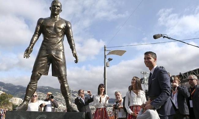 Los atributos de la estatua de Cristiano Ronaldo revolucionan las redes sociales