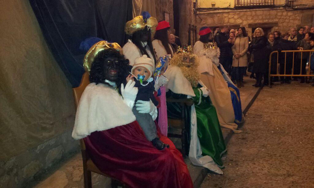Los Reyes Magos adoraron el belén de la Colegiata y repartieron regalos a los niños pastraneros