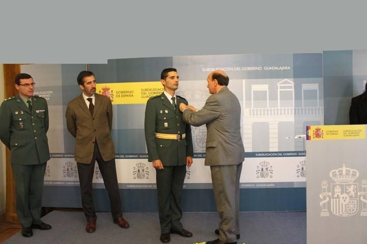 Sánchez-Seco hace entrega de la medalla al mérito de la Protección Civil en su categoría de bronce y con distintivo azul al guardia civil José García del Moral