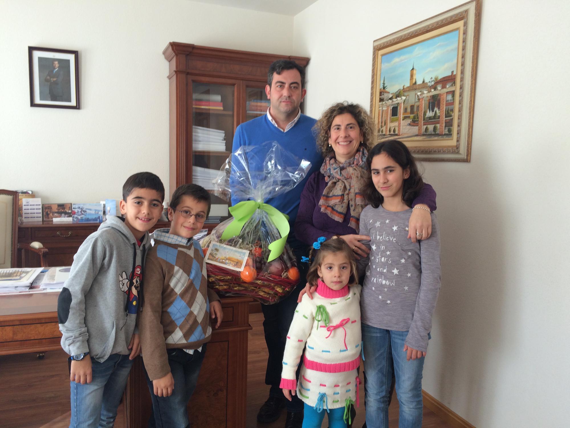 Nuria Domínguez gana el I Concurso de 'Puertas de Navidad' de Cabanillas del Campo con el Nacimiento en forja a tamaño real que preside la fachada de su vivienda