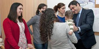 Cerca de 300 mujeres de Castilla-La Mancha ya han solicitado una 'Beca Mamá'