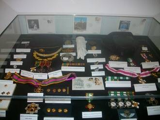 La biblioteca de Alovera inauguró una exposición de sellos de policía del mundo
