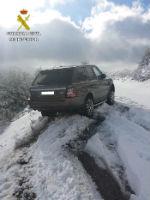 La Guardia Civil rescata a una persona que quedó atrapada en su vehículo a causa de la nieve en el Puerto de la Quesera