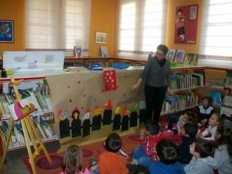 Los niños de 5 años del colegio Virgen de la Paz de Alovera visitan la biblioteca