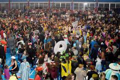 El polideportivo La Paz de Azuqueca se llenó con el Baile de Máscaras de Carnaval