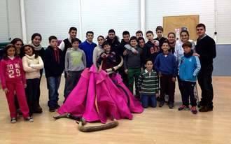 Fernando Lomeña entusiasma a los jóvenes casareños con su tauromaquia