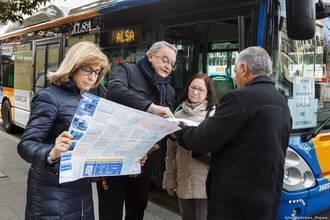 Los concejales explican a los ciudadanos los cambios que experimentarán algunas líneas de autobuses a partir del 24 de febrero