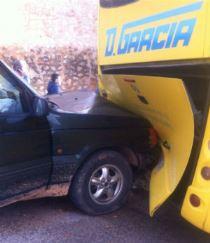 Un todoterreno se empotra cotra un autobús escolar en Guadalajara