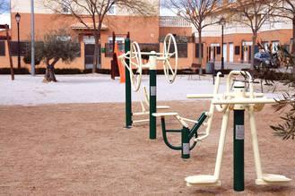 Yunquera acondiciona el parque infantil de Tejera Negra con equipos de gimnasia y nueva iluminación